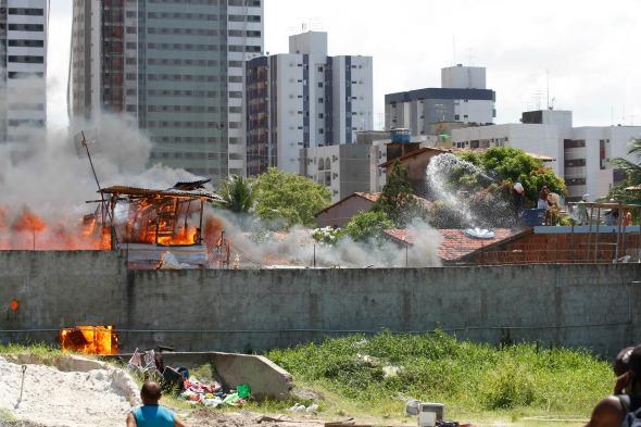 Incêndio na Comunidade do Plástico. Crédito: Ricardo Fernandes/DP/D.A Press