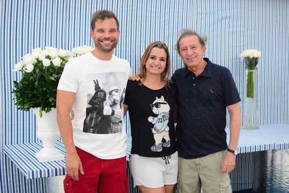 A anfitriã com o marido Bruno Cezar e o pai Nivaldo Cavalcanti. Crédito: Gabriel Pontual / Divulgação