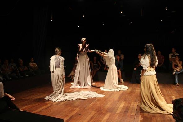 """Cena da peça """"A Santa Casa"""". Crédito: Sulivan Barros"""