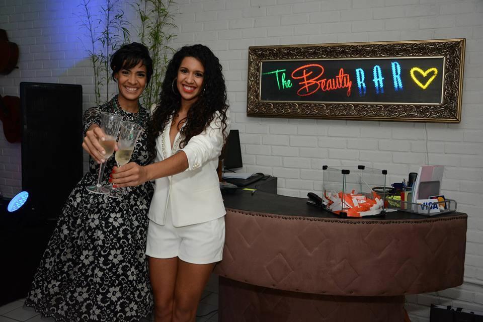 As irmãs Barbara e Thais Barreto comemoram o aniversário de dois anos do Beauty Bar. Créditos: Rodrigo Cavalcanti/ DIvulgação