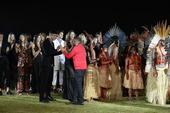 Desfile Cavalera com ritual indígena - Crédito: Fernanda Calfat/DIvulgação