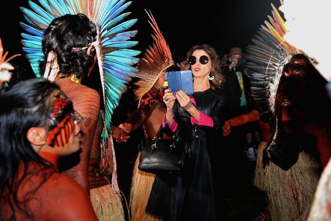 Marieta Severo fazendo um registro dos índios após o desfile da Cavalera - Crédito: Amanda Motta/Studio Fernanda Calfat