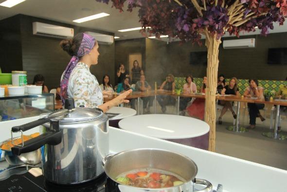 A chef Lidiane Barbosa deu dicas de gastronomia funcional para os presentes Créditos: Luiz Fabiano/Divulgação