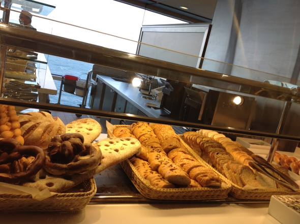 Variado buffet de pães