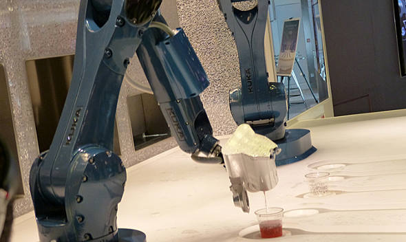 O trabalho dos robôs barmen