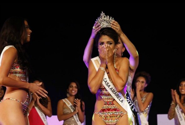A coroação de Paula Brandão, a Miss Recife 2015. Crédito: Reprodução Facebook