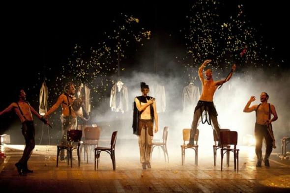 """Cena da peça """"Viúva, Porém Honesta"""". Crédito: Reprodução/caixacultural.com.br"""