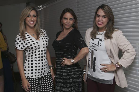 Valdejane Moraes, ladeada pelas blogueiras Dany Khadydja e Raphaella Torres, alunas da sua academia - Crédito: Tatiana Sotero/DP/D.A Press