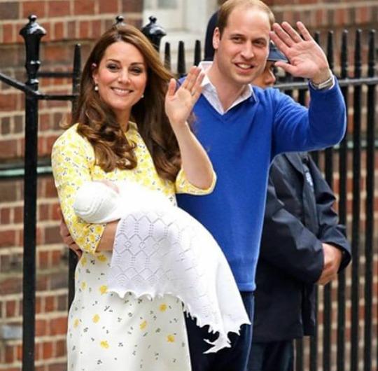 Kate e William saem do hospital com a filha nos braços. Crédito: Reprodução Instagram