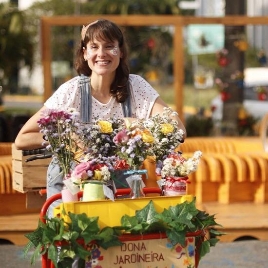 Tita de Paula com a bike da Dona Jardineira. Crédito: Reprodução Facebook