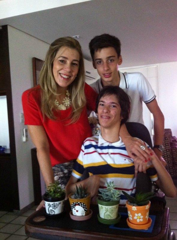 Germana junto com os dois filhos mais novos, Renato e Henrique.  Créditos: Acervo Pessoal