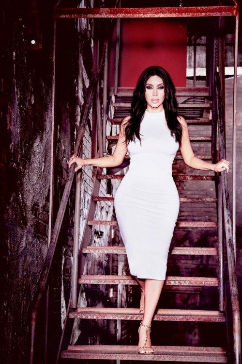 O vestido usado nesta foto foi o mesmo escolhido por Kim para a coletiva de imprensa em São Paulo, a única diferença foi a cor. Em São Paulo a socialite envergou um modelito preto.  Créditos: Ellen von Unwerth/ Divulgação
