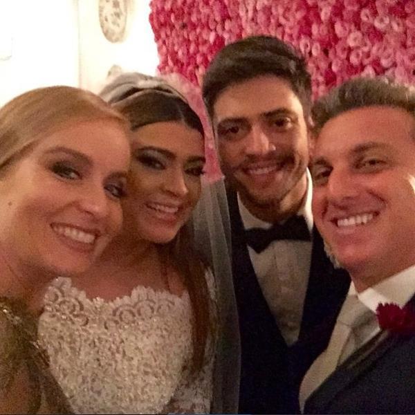 Os noivos com Angélica e Luciano Huck, padrinhos do enlace. Crédito: Reprodução Instagram