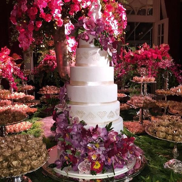 Bolo de oito camadas assinado pelo The King Cake. Crédito: Reprodução Instagram