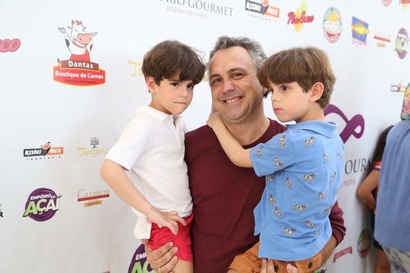 João Didier e os gêmeos Luiz Felipe e João. Crédito: Guilherme Paiva / Divulgação
