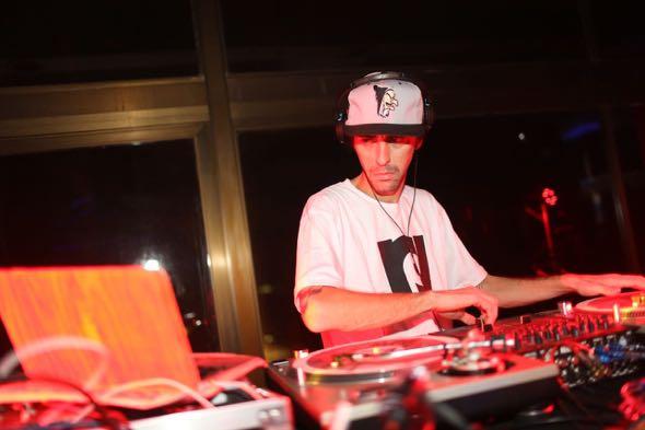 Nuts, DJ oficial de Marcelo D2, foi a grande atração da noite. Crédito: Celo Silva / Divulgação