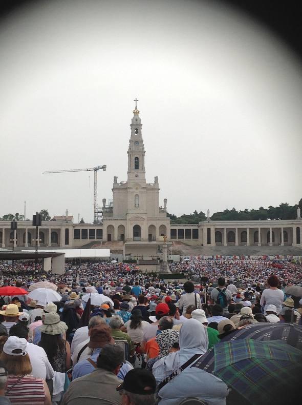 A multidão em frente do Santuário