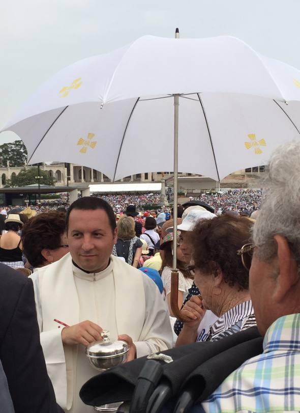 Dezenas de padres distribuem a eucaristia no meio dos fieis