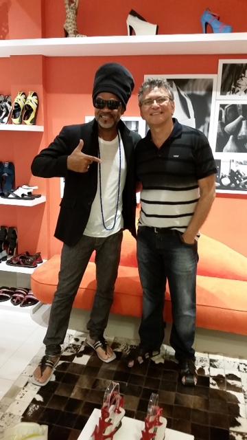 Carlinhos Brown com Sandra Sá Leitão, na loja de Jailson Marcos, na Galeria Joana D'Arc. Crédito: Divulgação