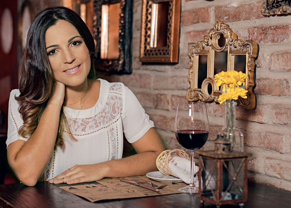 Fotos para a revista foram feitas no Nez Bistrô, onde o casal noivou. Crédito: Paloma Amorim / Divulgação