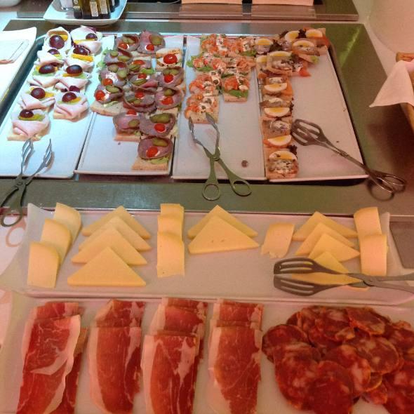 Mesa de queijos, salames e salgadinhos