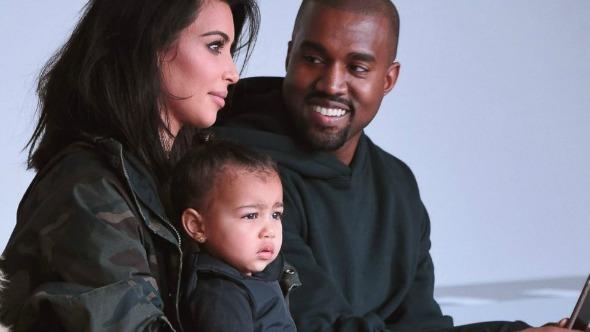 Kim Kardashian e Kanye West com a filha do casal, North. Crédito: Gary Gershoff