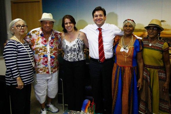 O prefeito contou a novidade para os homenageados na última quarta-feira Créditos: Marcos Pastich/PCR
