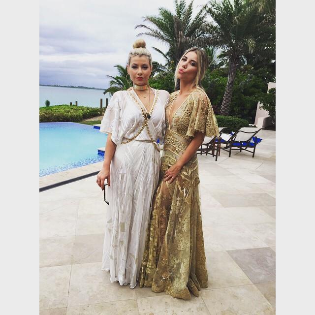 Primas: Helô Rocha foi quem assinou o vestido de Mica Rocha para o luau pré-casamento nas Bahamas - Crédito: Reprodução do Instagram