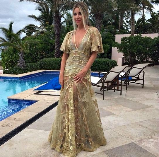 Mica Rocha usou um vestido dourado com transparência e maiô assinado pela prima, a estilista Helô Rocha - Crédito: Reprodução do Instagram