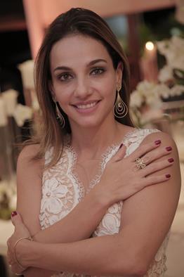 Cris Lemos com as joias inspiradas no Paiva Créditos: Gleyson Ramos/ Divulgação