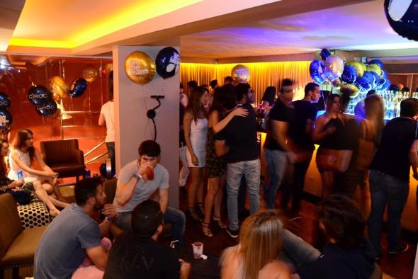 Solteiros convictos armam festa exclusiva no primeiro andar do UK Puk Créditos: Divulgação