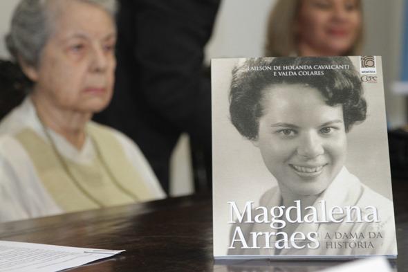 Magdalena Arraes ao fundo e a capa de seu livro  Credito: Roberto Ramos/DP/D.A Press.