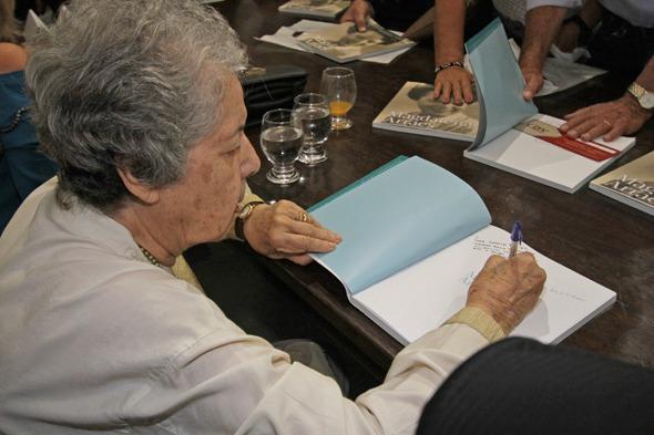 Magdalena autografou o livro de todos que estavam presentes no evento Credito: Roberto Ramos/DP/D.A Press.
