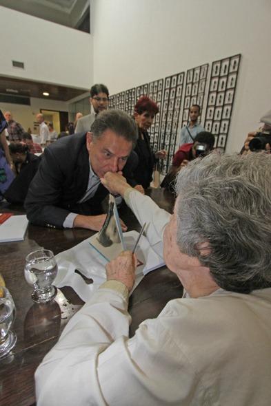 João Lyra enfrentou a fila para conseguir o autógrafo da homenageada Credito: Roberto Ramos/DP/D.A Press.