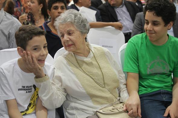 A homenageada junto com os netos Credito: Roberto Ramos/DP/D.A Press.