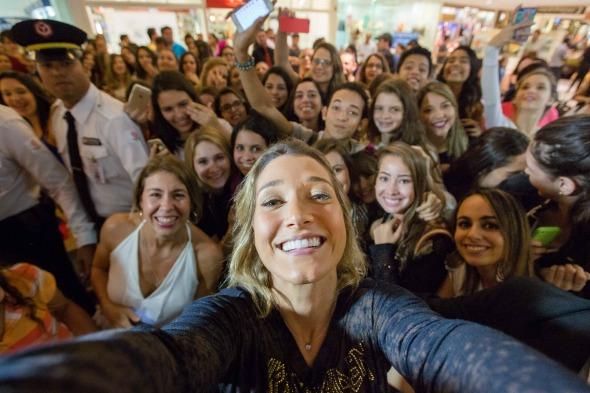 Gabriela Pugliesi tirou uma selfie com todos os fãs que a esperavam do lado de fora da loja. Crédito: Navalha Studio/Divulgação Grupo Ruas