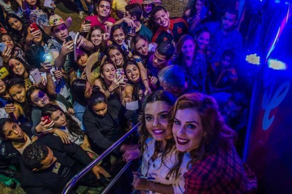 Giovanna Lancellotti e Sophia Abrahão atenderam aos pedidos dos fãs para fotos - Crédito: Roberto Brito/Divulgação
