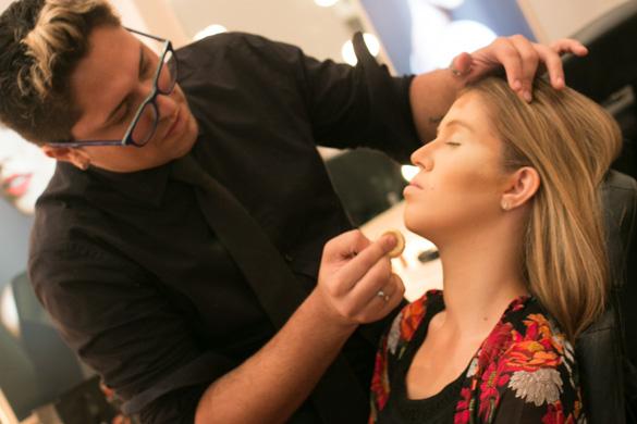 O maquiador Diego Porfirio aplicando a técnica contorno na modelo Taciana Conde - Crédito: Tatiana Sotero/DP/D.A Press