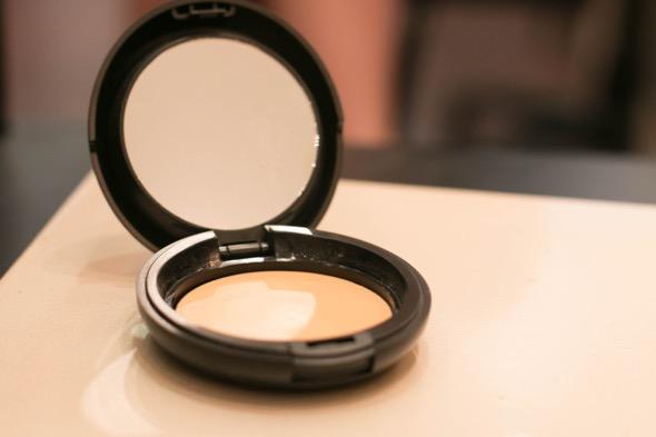 Para iluminar, o maquiador usou o Cream Powder com um tom mais claro da pele da modelo - Crédito: Tatiana Sotero/DP/D.A Press