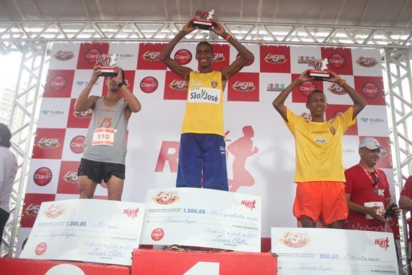 Os três primeiros colocados na categoria 10km. Crédito: Vinícius Ramos