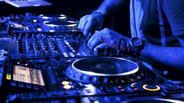 Os DJs vão animar a noite com muita música  Créditos: Reprodução Internet