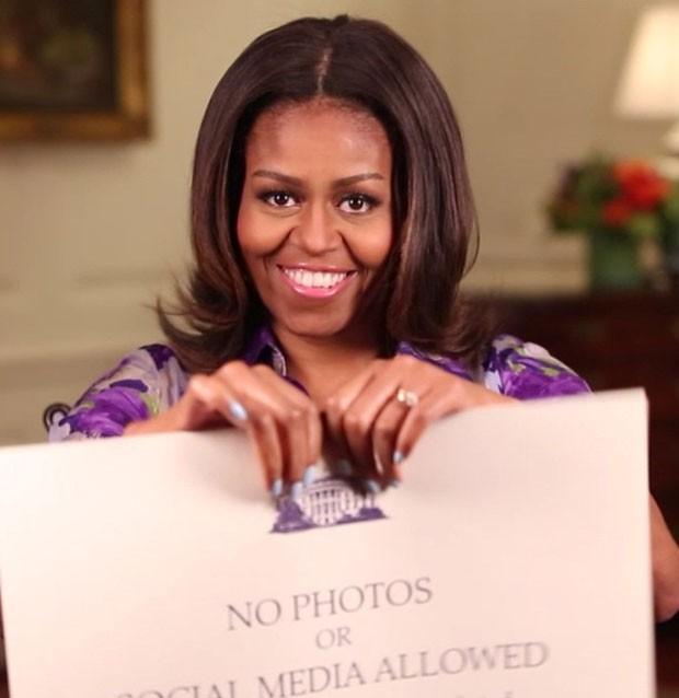 """Michelle Obama postou em seu instagram a foto onde rasgava a placa de """"proibido fotografar"""". Créditos: Reprodução Instagram Oficial"""