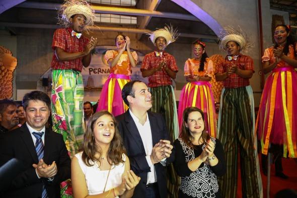 Paulo Câmara com a filha Clara e a primeira-dama Ana Luiza Câmara - Crédito: Wagner Ramos/SEI