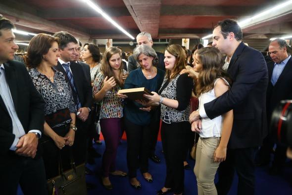 Renata Campos se emociona ao receber livro com depoimentos dos artesãos pernambucanos em homenagem a Eduardo Campos - Crédito:Wagner Ramos/Sei