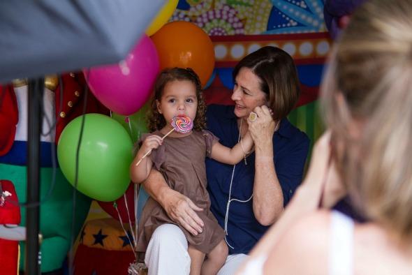 Bessy Veiga e sua neta Maria. Crédito: Thais Carvalho/Divulgação