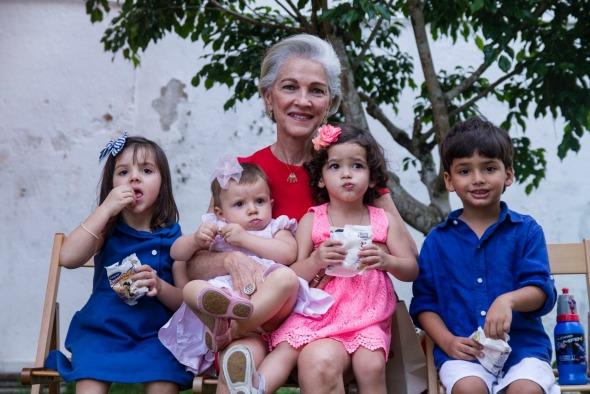 Luiza Lemos com os netos. Crédito: Thais Carvalho/Divulgação