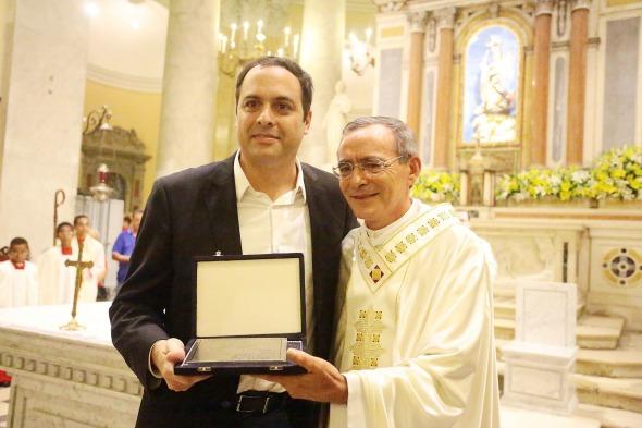 Paulo Câmara e o reitor da basílica, frei Luís de França. Crédito: Roberto Pereira/Sei