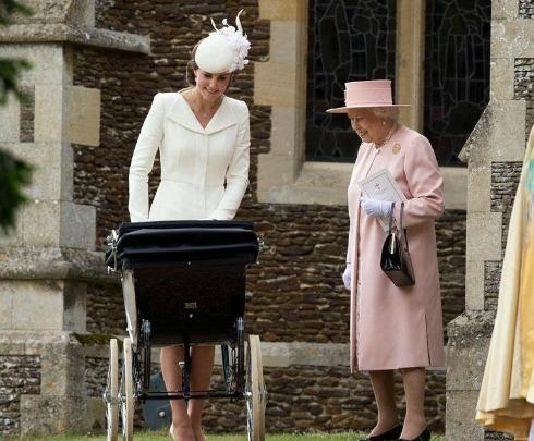 Kate Middleton conversa com a Rainha Elizabeth II. Crédito: Reprodução/Facebook Oficial da Família Real