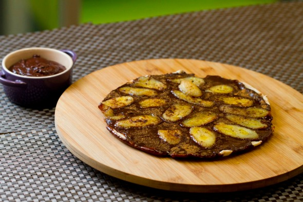 Pizza de brigadeiro de amêndoas, banana e nozes crocantes da Greenmix. Crédito: Thais Carvalho/Divulgação