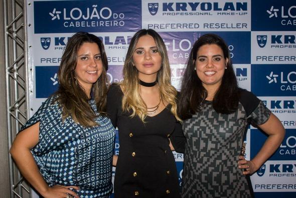 A blogueira Rebeka Guerra ladeada pelas sócias do Lojão, Germana e Graziella Moura - Crédito: Raphael Cireno/Divulgação